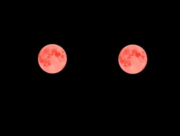 二つの真っ赤な月